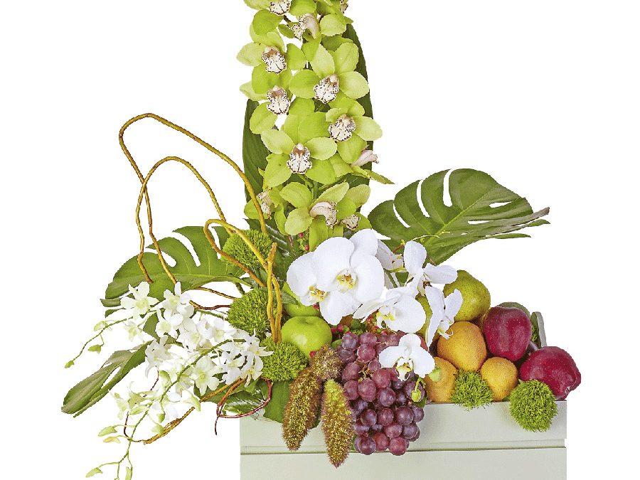 Trío de Orquídeas y Frutas